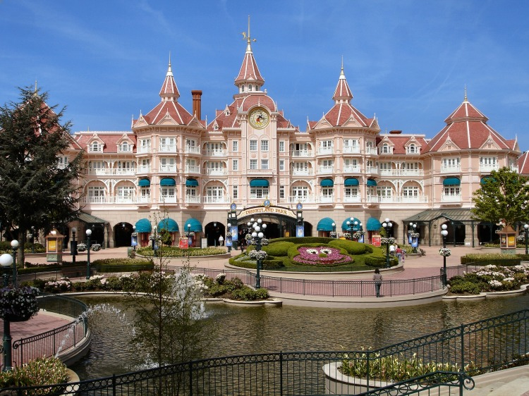 disneyland paris tips. disneyland paris fastpass. disneyland travel tips. how to go to disneyland for cheap. disneyland paris on a budget